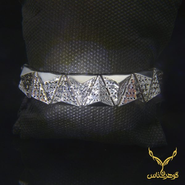 دستبند نقرهCC007 دستبند نقره نقره زنانه مدل آوا دستبند مدل آوا یکی از مدل های پر طرفدار جواهرات میباشد. این دستبند با طراحی منحصر به فرد خود و تراش هایی که دارد باعث میشود انعکاس زیبای ار نور های اطراف را به نمایش بگذارد. و این خاص زیبا پسندان است.CC007
