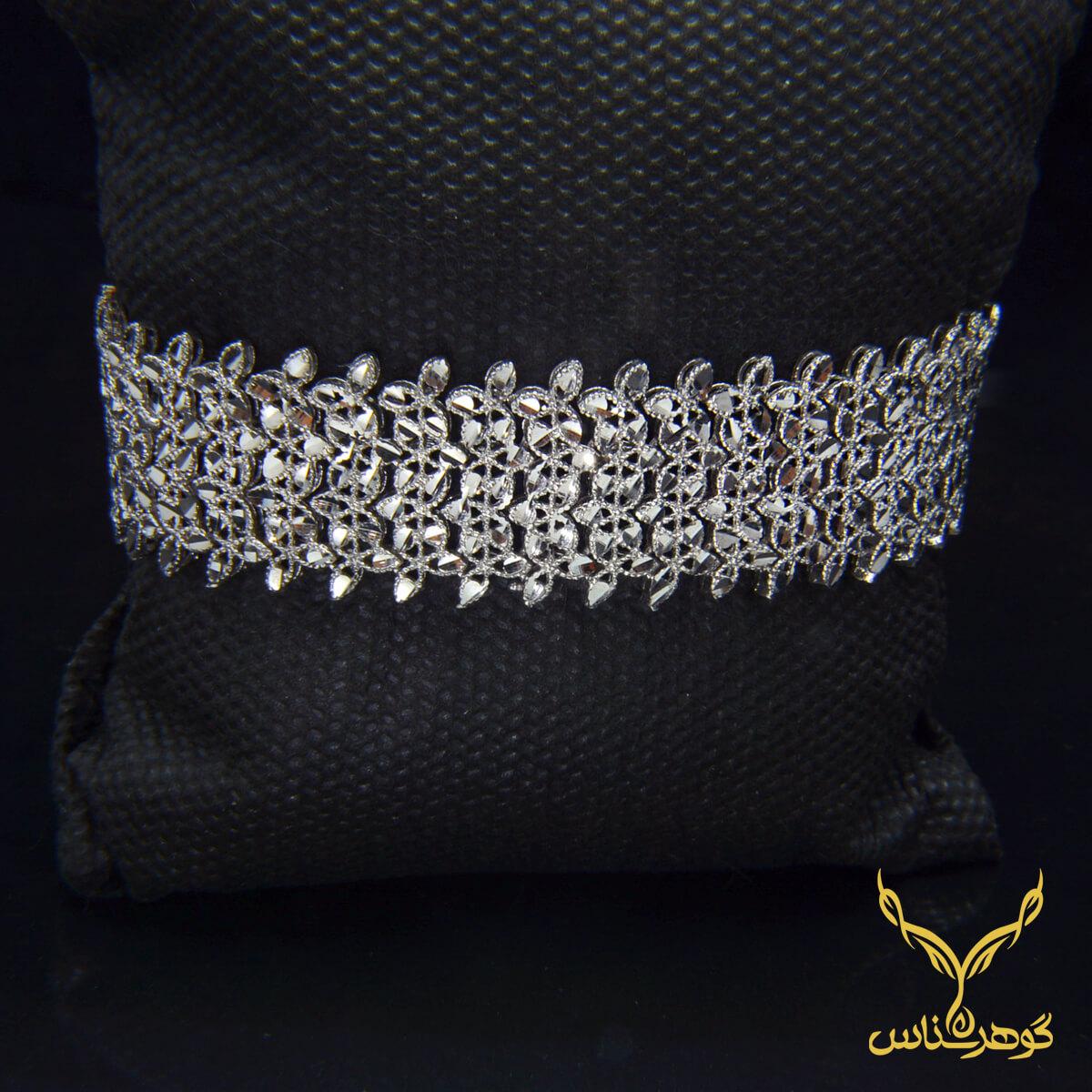 دستبند نقرهcc008 دستبند نقرهcc008 طرح زیتون این دستبند بسیار زیبا با طرحی همانند برگ های زیتون که دارد به طرح زیتون معروف هست. پهنی و سنگینی وزن این دستبند این کار را بسیار شیبه به طلا کرده و میتواند انتخابی شابرای شما باشد.