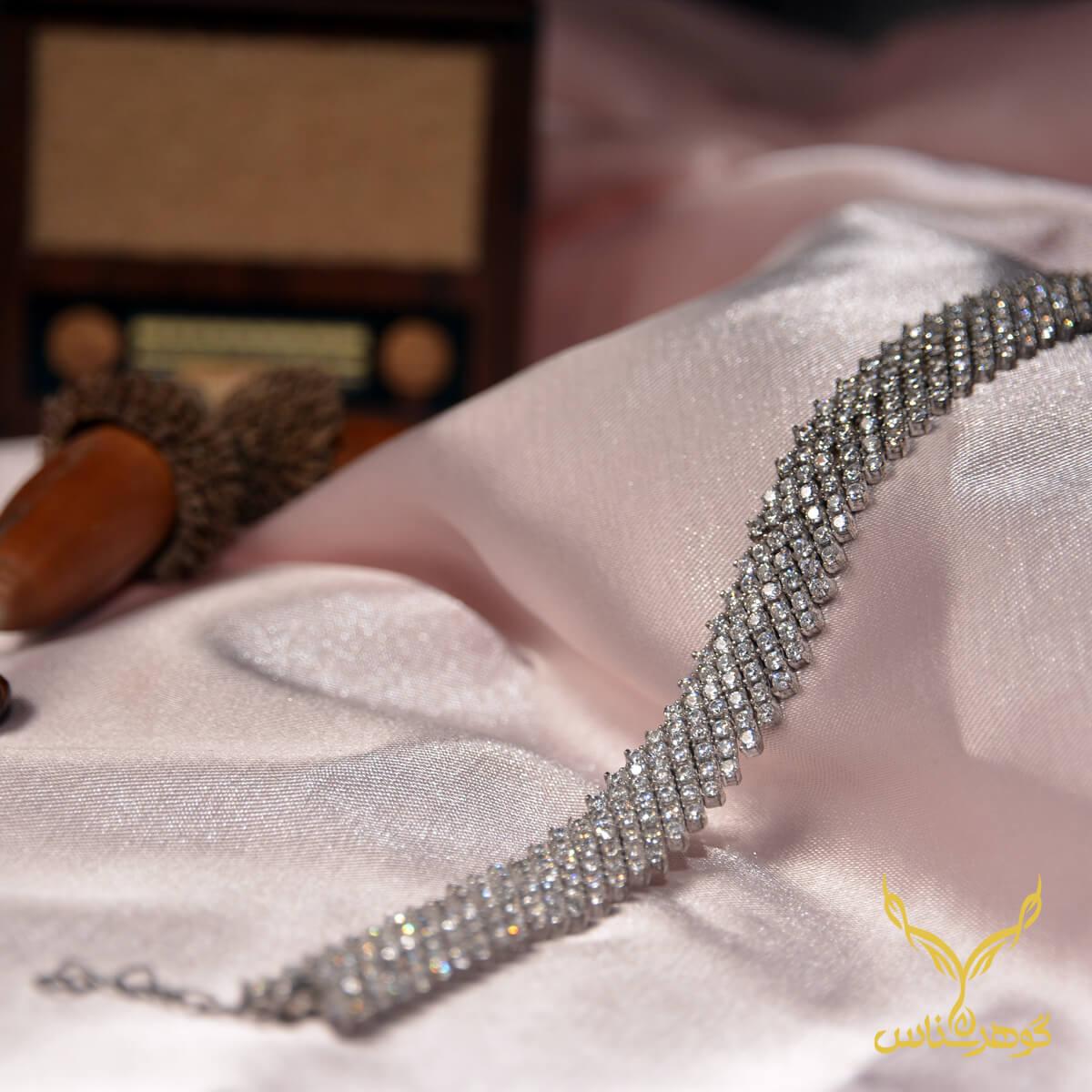 دستبند نقرهcc011 نقره اتمی زنانه طرح پوست ماری این دستبند با طراحی منحصر به فردی که دارد، تداعی کننده نرمی و لطافت پوست مار است و نگین های اتمی باکیفیتی که به خوبی بر روی آن مخراج شده ، درخشندگی بالایی دارد.
