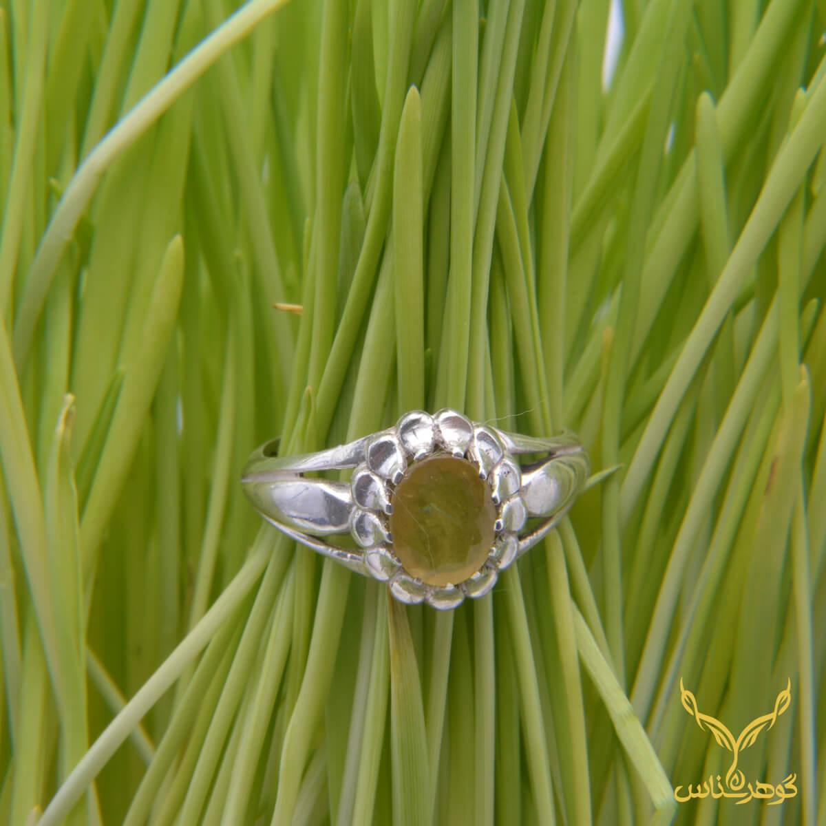 انگشتر یاقوت زرد کدEA0010 این انگشتر ظریف که طرح های اشکی آن سنگ را احاطه کرده اند، ترکیب زیبایی از ظرافت و زیبایی را به نمایش گذاشته اند.