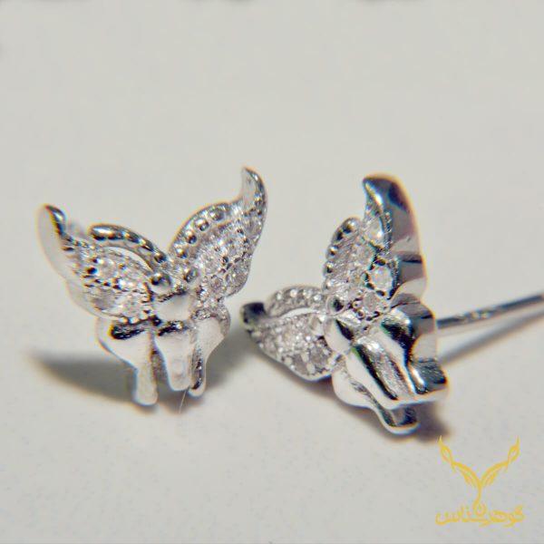 طرح پروانه در اکسسوری ها یک طرح بسیار پرطرفدار است که نماد پرواز، آزادی و زیبایی است. این گوشواره با نگین های اتمی درجه یک و آبکاری رادیومی که دارد میتواند برای شما که زیبا هستید، انتخابی شایسته باشد.
