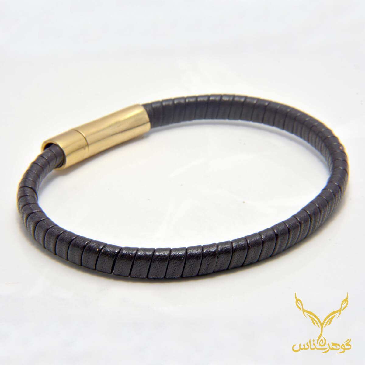 دستبند چرمی کدRD005 دستبند چرم همراه با سنگ یکی از بهترین گزینه ها برای آقایان است.فروشگاه آنلاین گوهرشناس مرکز معتبر خرید جواهرات
