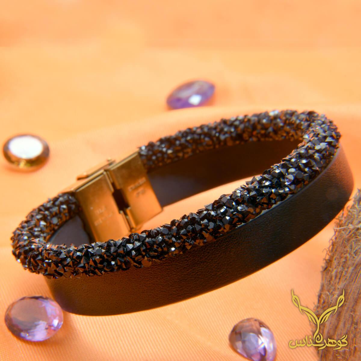 دستبند چرمی کدRD006 دستبند چرم همراه با سنگ یکی از بهترین گزینه ها برای آقایان است.فروشگاه آنلاین گوهرشناس مرکز معتبر خرید جواهرات