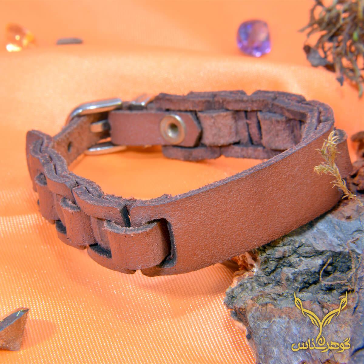 دستبند چرمی کدRD011 دستبند چرم همراه با سنگ یکی از بهترین گزینه ها برای آقایان است.فروشگاه آنلاین گوهرشناس مرکز معتبر خرید جواهرات