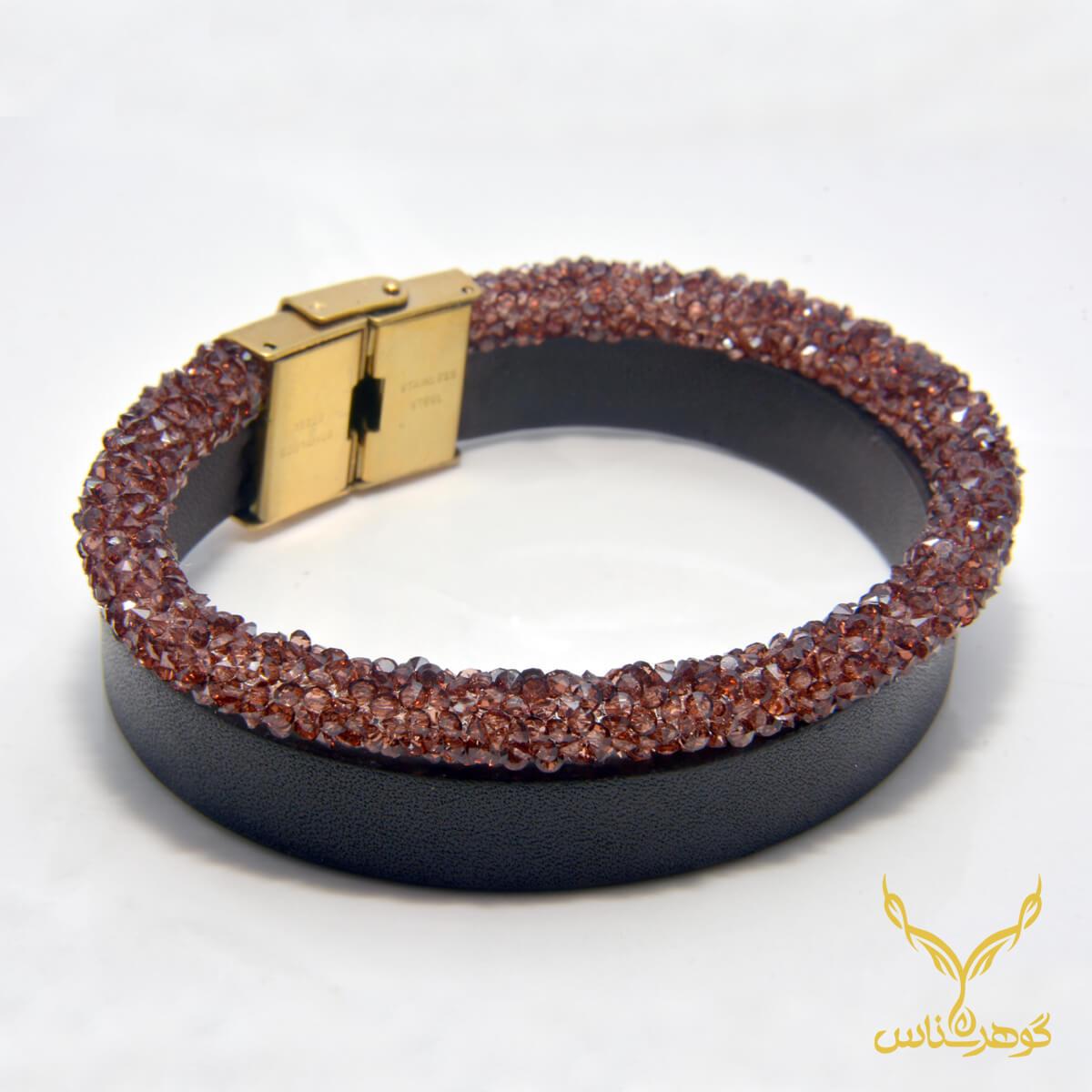 دستبند چرمی کدRD012 دستبند چرم همراه با سنگ یکی از بهترین گزینه ها برای آقایان است.فروشگاه آنلاین گوهرشناس مرکز معتبر خرید جواهرات