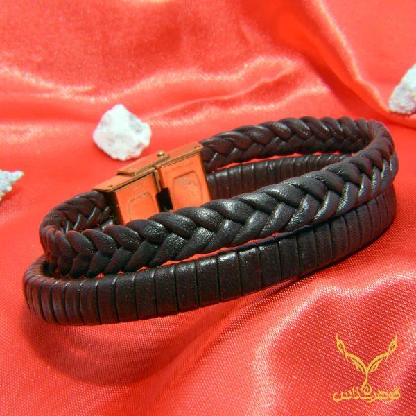 دستبند چرمی کدRD013 دستبند چرم همراه با سنگ یکی از بهترین گزینه ها برای آقایان است.فروشگاه آنلاین گوهرشناس مرکز معتبر خرید جواهرات