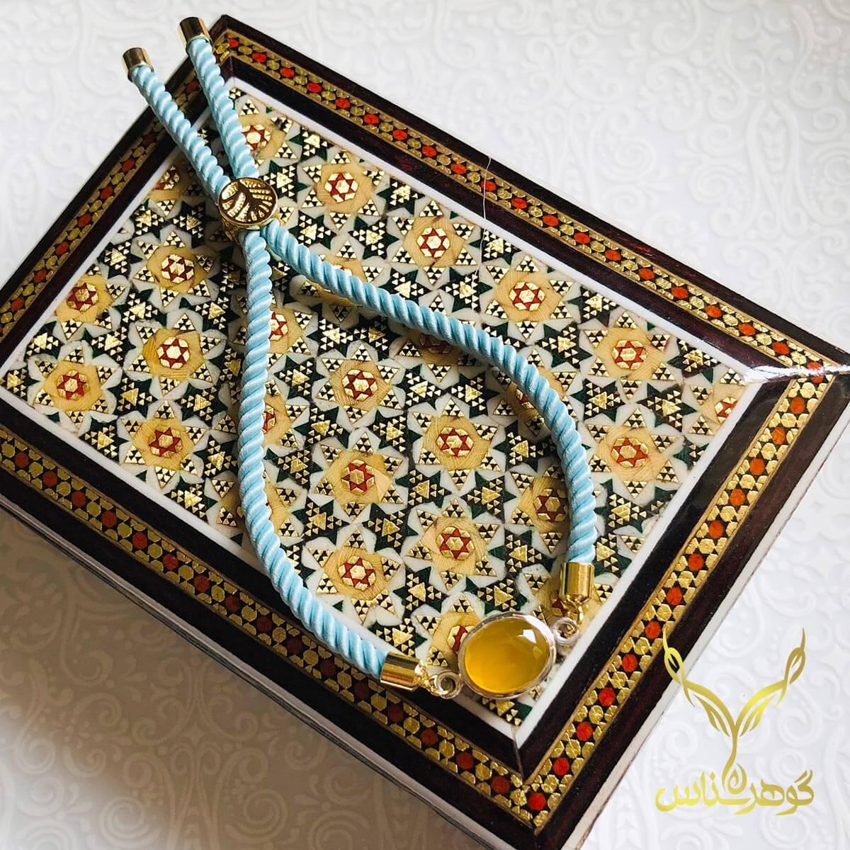 دستبند عقیق کدSC001 یک دستبند دستسار به همراه عقیق اصل یمانی ساخته شده توسط جواهرساز دهقانی مدیریت طلاسازی هرمز و فروشگاه آنلاین گوهرشناس