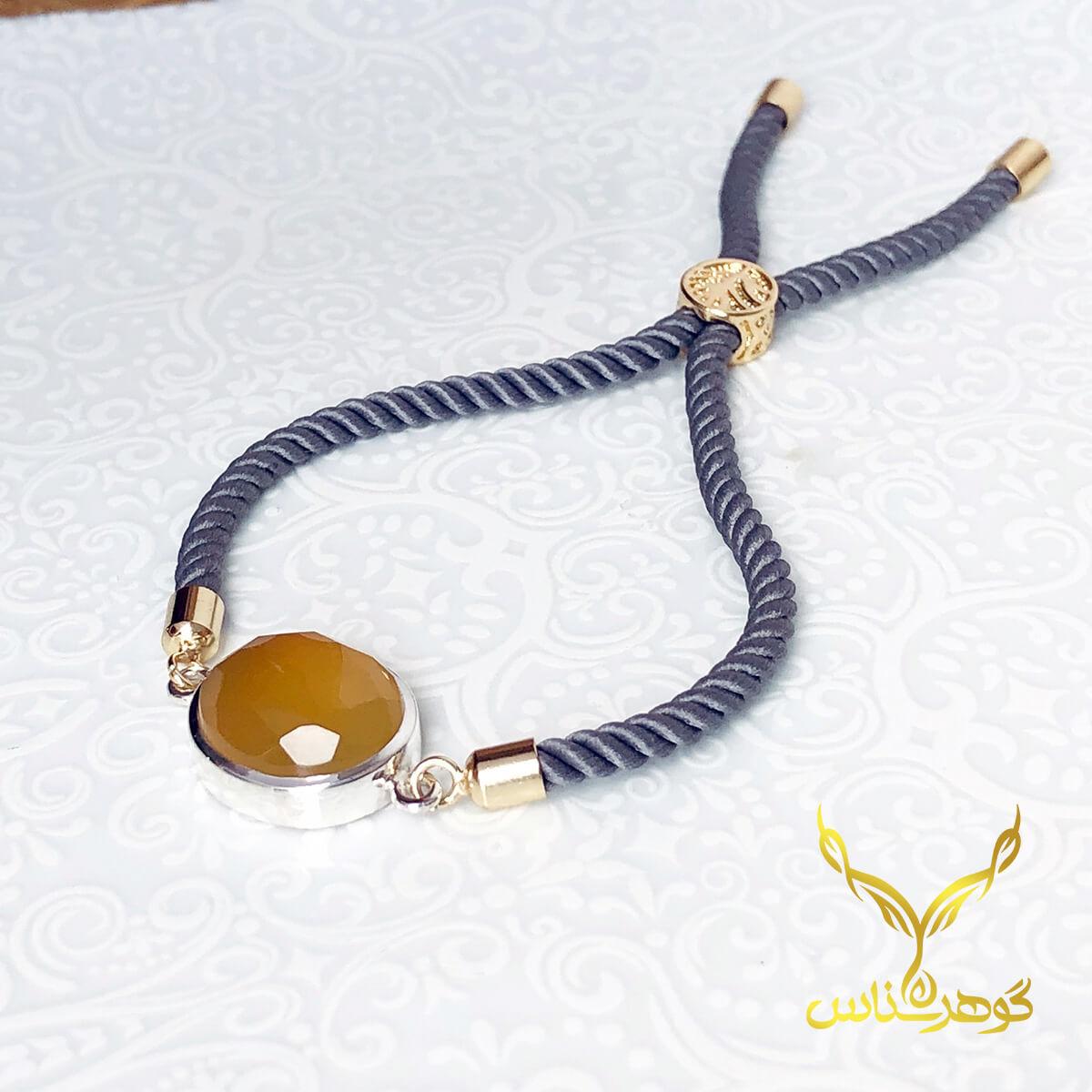 دستبند عقیق کدSC002 یک دستبند دستسار به همراه عقیق اصل یمانی ساخته شده توسط جواهرساز دهقانی مدیریت طلاسازی هرمز و فروشگاه آنلاین گوهرشناس