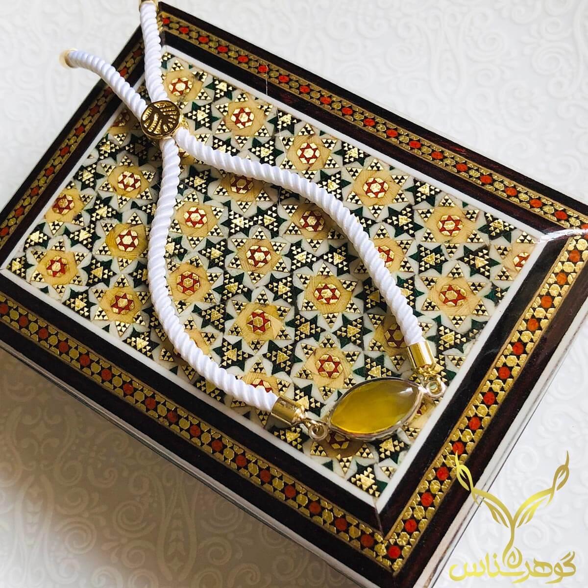 دستبند عقیق کدSC003 یک دستبند دستسار به همراه عقیق اصل یمانی ساخته شده توسط جواهرساز دهقانی مدیریت طلاسازی هرمز و فروشگاه آنلاین گوهرشناس