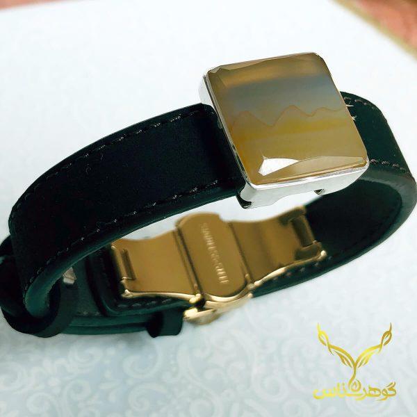 دستبند چرم و عقیق کدSD001 یک دستبند دستسار به همراه عقیق اصل یمانی ساخته شده توسط جواهرساز دهقانی مدیریت طلاسازی هرمز و فروشگاه آنلاین گوهرشناس