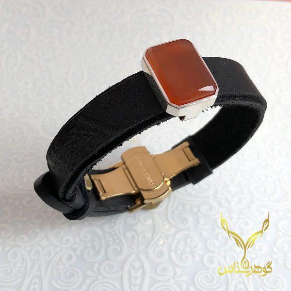 دستبند چرم و عقیق کدSD002 یک دستبند دستسار به همراه عقیق اصل یمانی ساخته شده توسط جواهرساز دهقانی مدیریت طلاسازی هرمز و فروشگاه آنلاین گوهرشناس