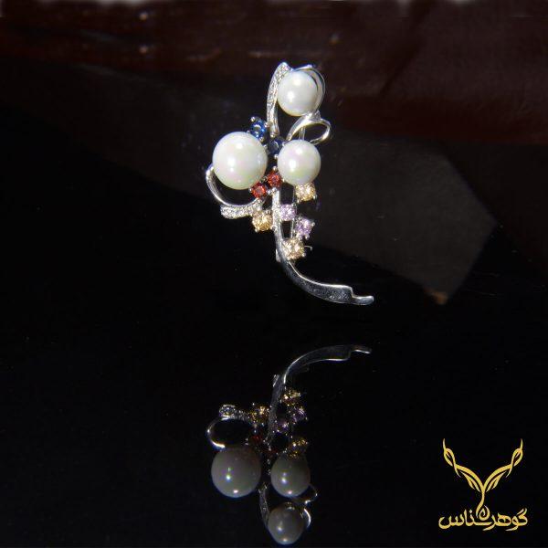 سنجاق سینه نقره کدTA002با کیفیت بسیار بالا وطراحی خاص و چشم نواز یکی از بهترین های گالری گوهرشناس مرکز معتبر خرید جواهرات به شمار میرود