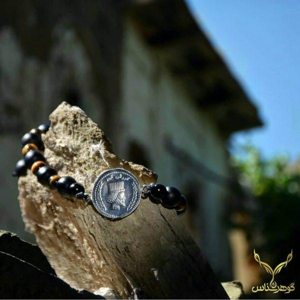 دستبند سکه مردانهI005 دستبند سکه قدیمی با طراحی خاص است که یاد آور ادوار گذشته و روز های خوب ایران است.فروشگاه آنلاین گوهرشناس